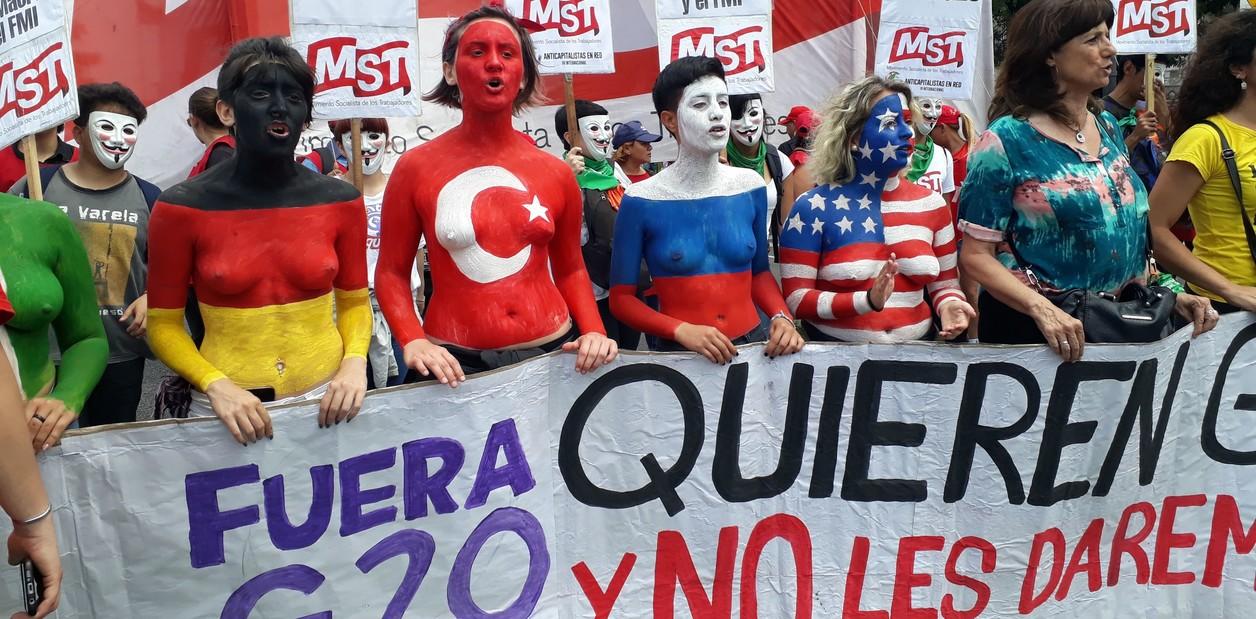 País - Inicio de la marcha contra el G20 por la Av 9 de Julio. 30-11-2018 Foto: Fernando de la Orden