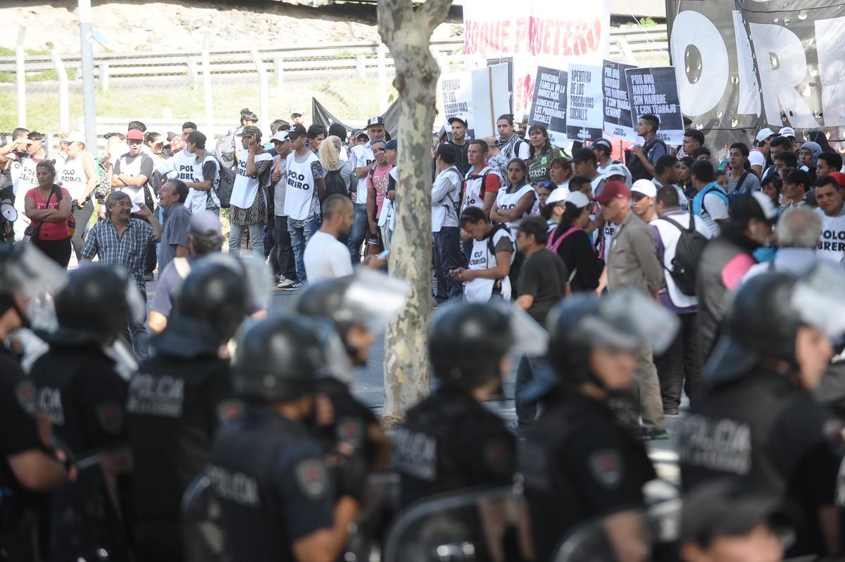 05 12 18 La Policia les impide el paso en Constitución a Organizaciones sociales que se dirigían al Ministerio de Desarrollo Social. Foto German García Adrasti
